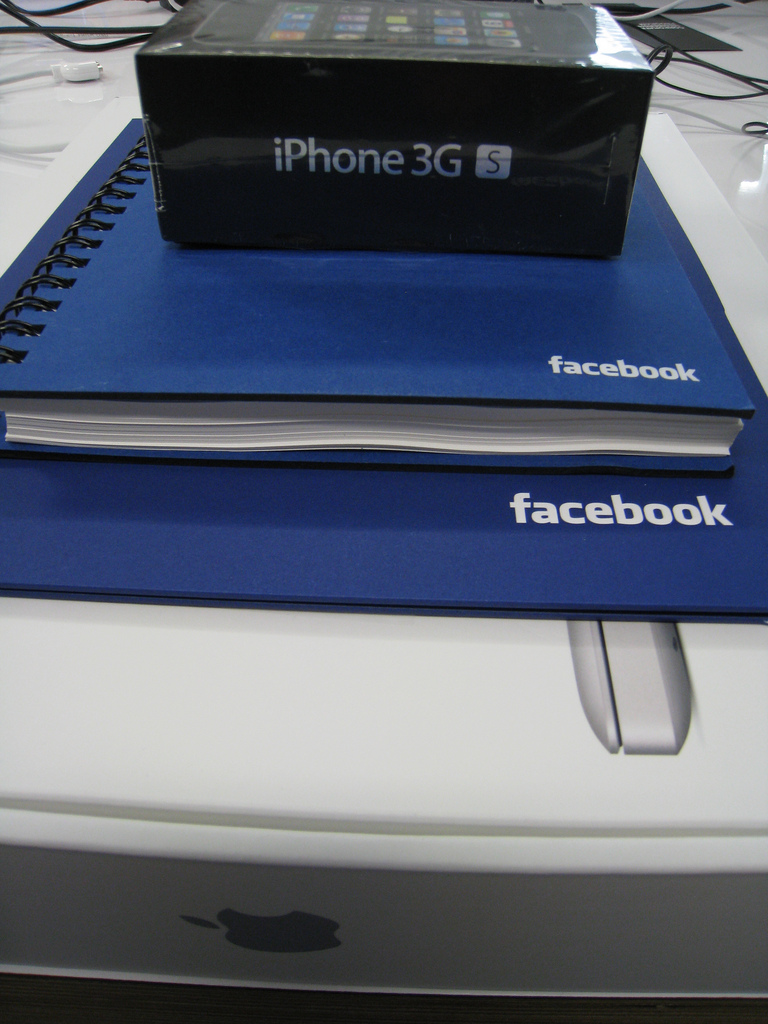 4474558057 9c1314203c b Facebook Employees Get Apple Goodies When They Join The Company