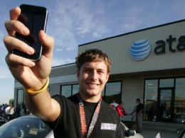 iphone guy att store 260x195 AT&T Activated A Record 3.2M iPhones Last Quarter