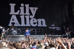 4308430855 130cf4100d 260x173 Lily Allen To Sue Apple