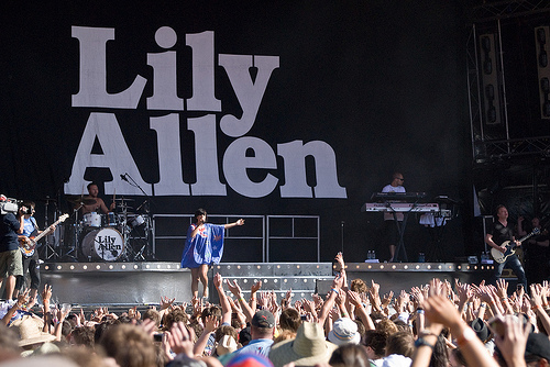 "Lily Allen ""To Sue Apple"""