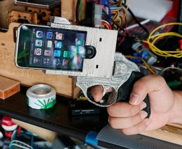 iphone gun 260x214 Robber holds up restaurant with an iPhone, bails when staff pull knives