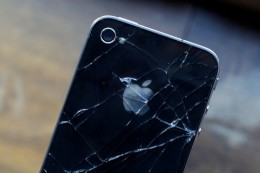 cracked iPhone 4 260x173 iPhone 4 Glassgate Spawns A Class Action Lawsuit