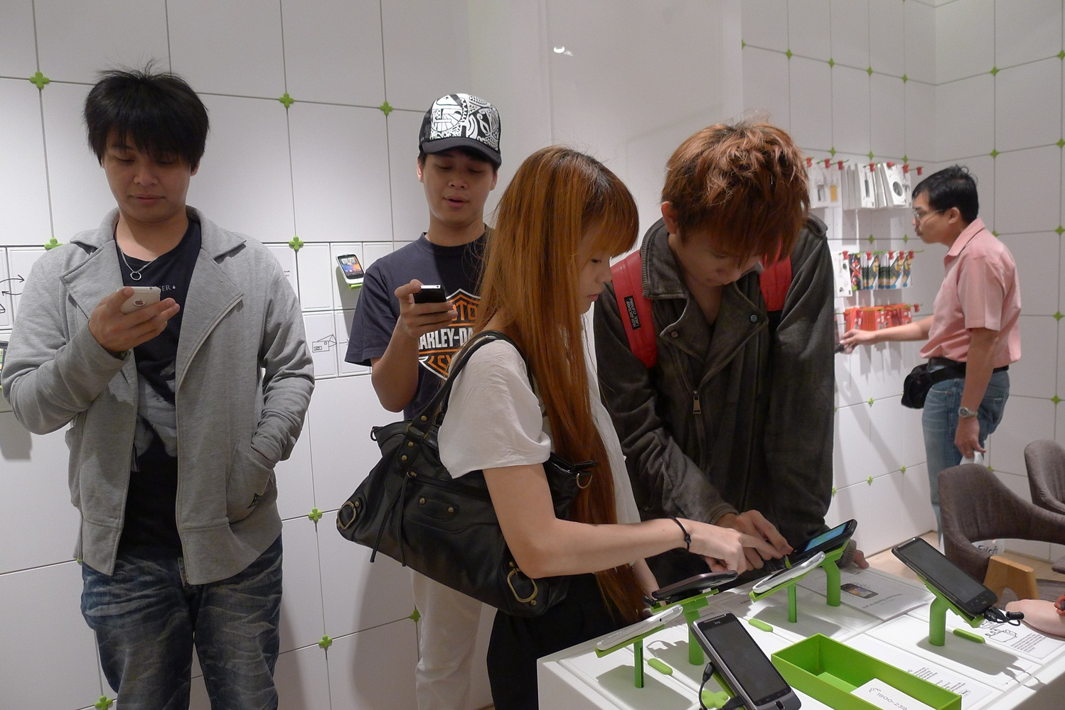 HTC to triple number of retail outlets in China push