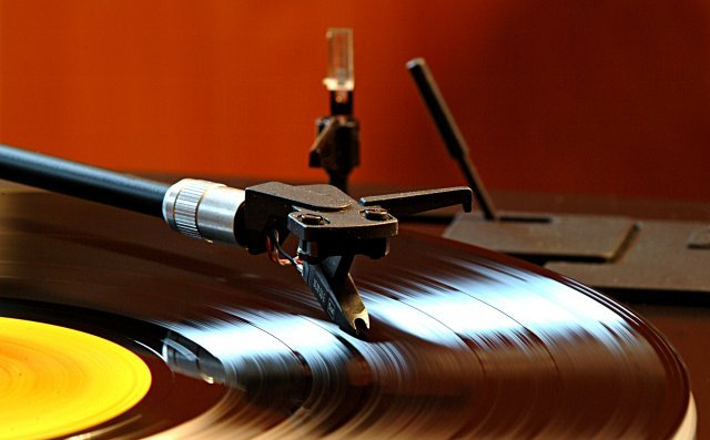 UK music industry revenue drops £190m in 2010