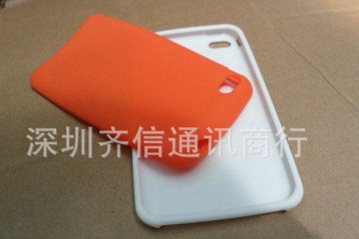6101230034 557528c9dd b 520x346 Tons of iPhone 5 cases leak, point to a phone as thin as an iPod touch