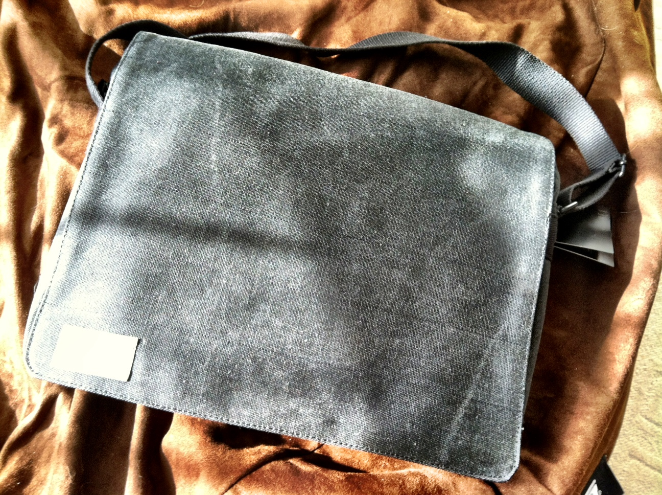 A minimalist messenger bag for your laptop and iPad