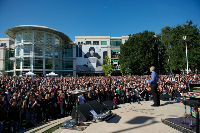 Apple pays tribute to Steve Jobs with memorial at 1 Infinite Loop [Video]