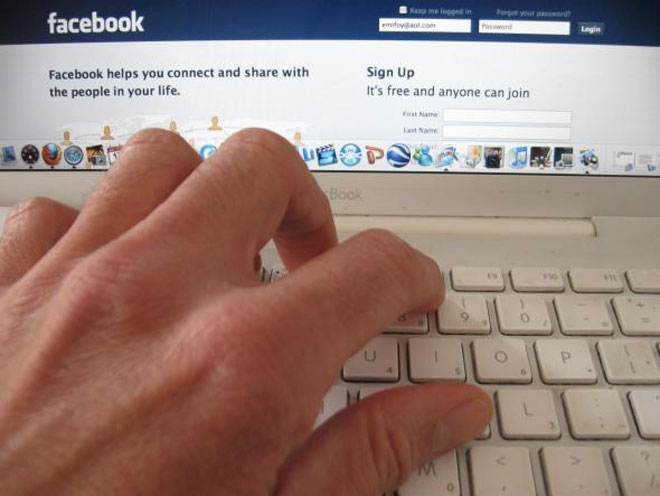 Facebook now lets you tag non-friends in comments