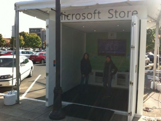 hut msft1 520x390 Tiny Microsoft store draws attention on iPhone 4S launch day in Seattle