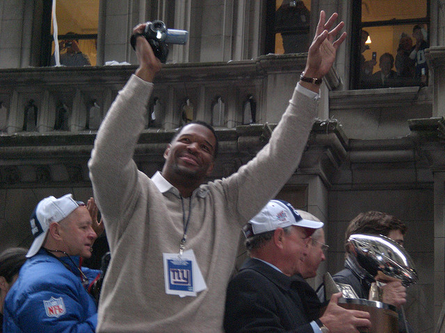 Michael Strahan invades video community app Viddy with #StrayDay