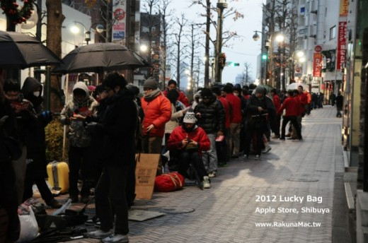 ピクチャ 2012 01 02 10.41.59 520x344 Apples New Year lucky bags lure thousands to its Stores in Japan
