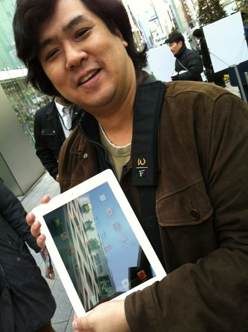 apple ipad japan1 Queues and midnight launches as Apples new iPad goes on sale in Australia, Japan and Singapore