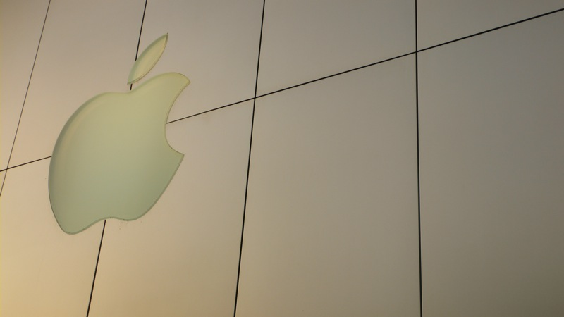 Woman sues Apple for $1 million after breaking her nose at a glass-fronted Apple Store
