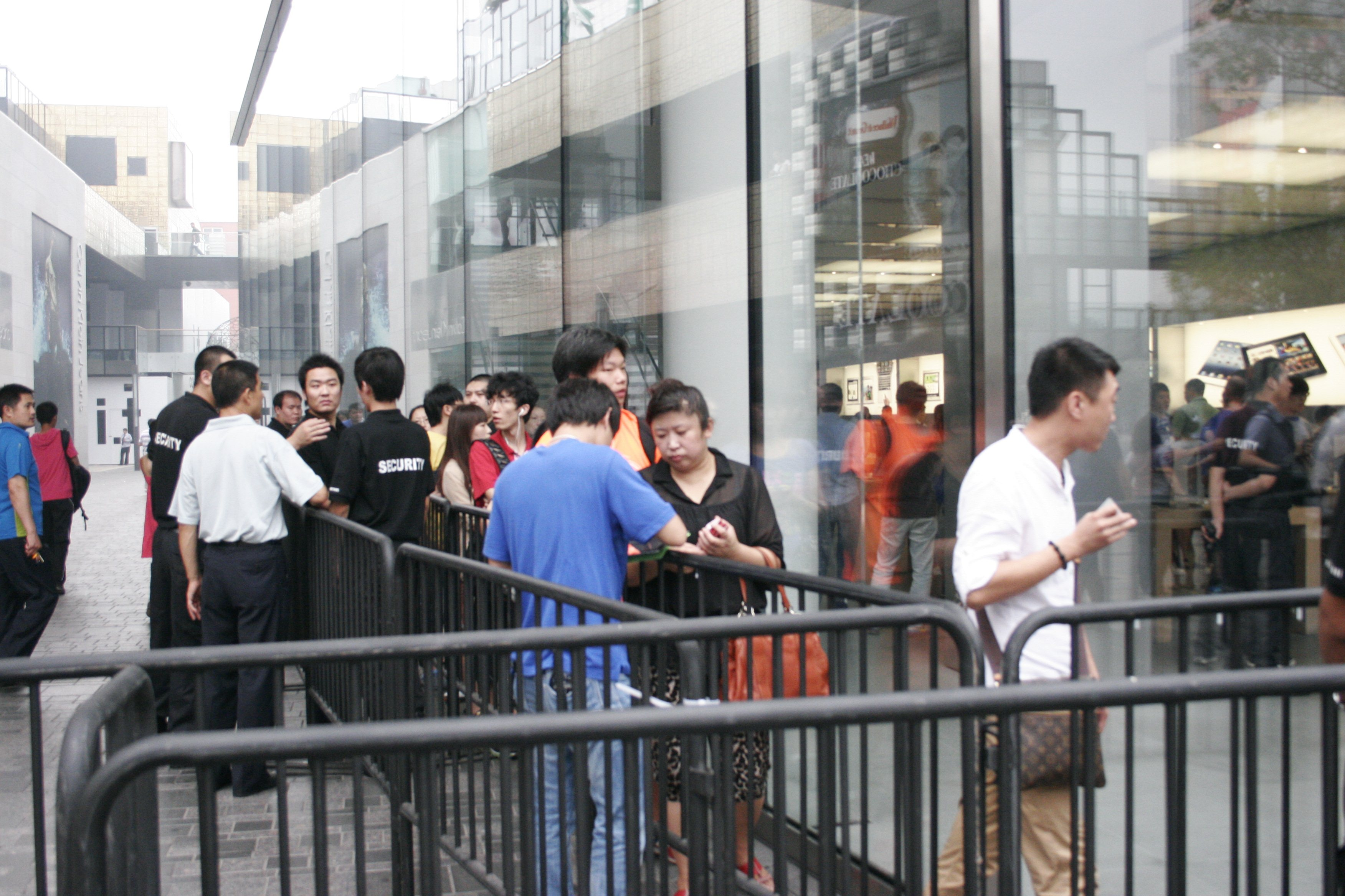 Apple's new iPad launches in China with short queues and no chaos
