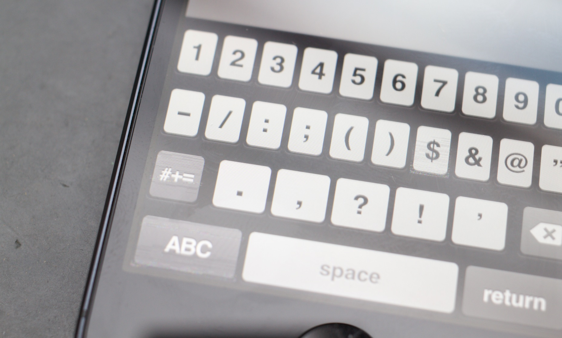 Graphics glitches seen on iPhone 5 screens and keyboards are likely a software issue, not hardware