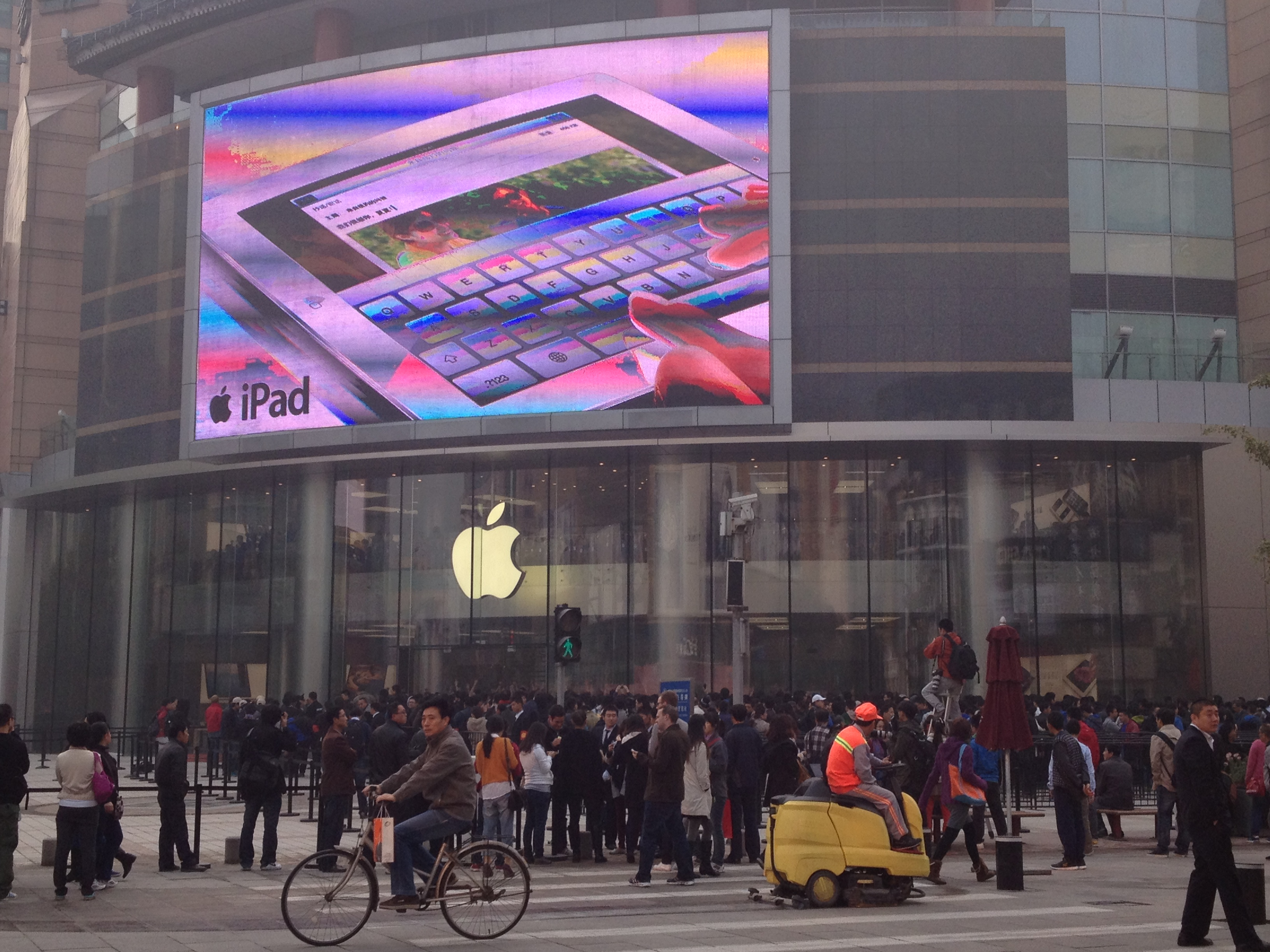 Apple opens new Wangfujing, China store to massive crowd