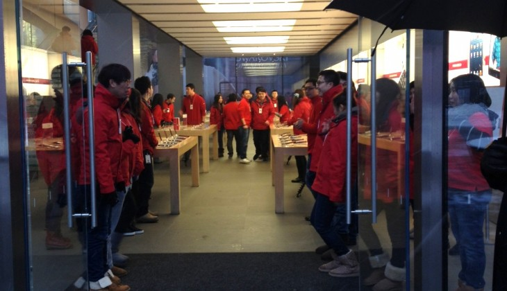 Apple kicks off iPhone 5 sales in China