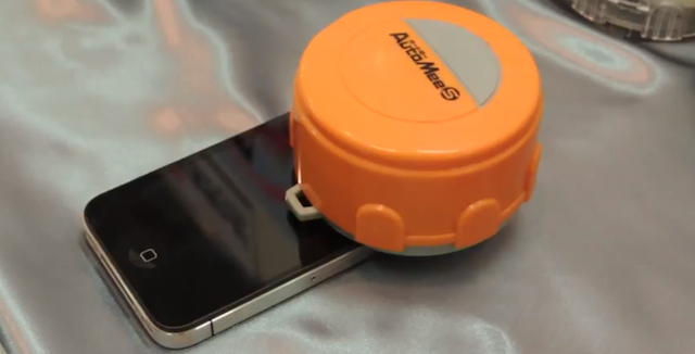 This pint-sized Roomba-like robot cleans your iPad and iPhone's screen in minutes