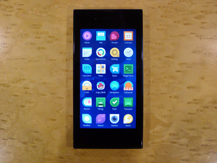 jolla41 Finnish mobile network operator DNA will be first to sell the Jolla smartphone in Q4 2013