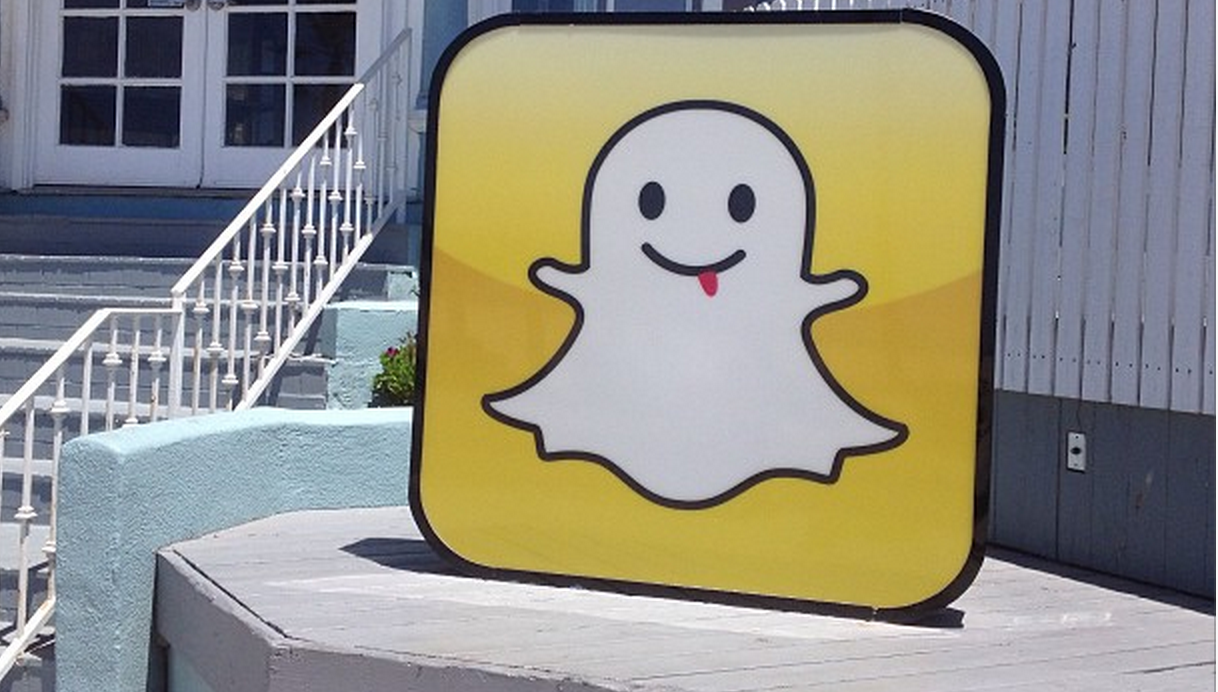 Snapchat for iOS gets a replay option, front camera flash, filters and up to 7 best friends