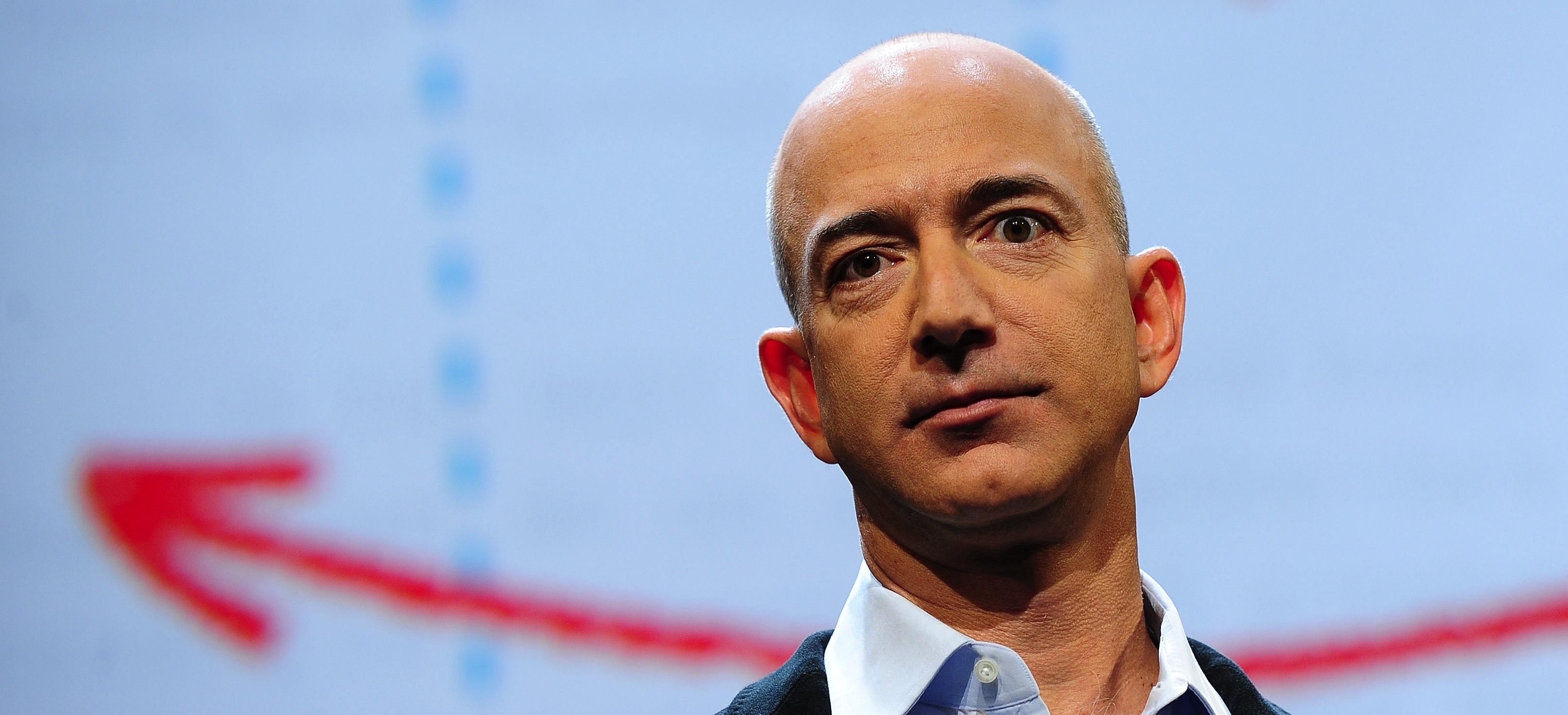 De acuerdo con Forbes Jeff Bezos fue listado en enero de 2018 como la persona más rica del mundo con una estimada riqueza neta de 157 mil millones de dólares
