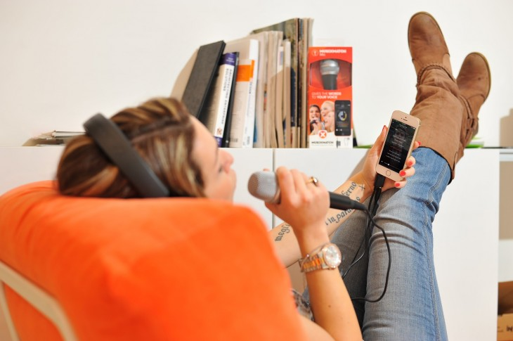 Like singing along to your favorite music? MusiXmatch's new mic for its iOS app has you covered ...
