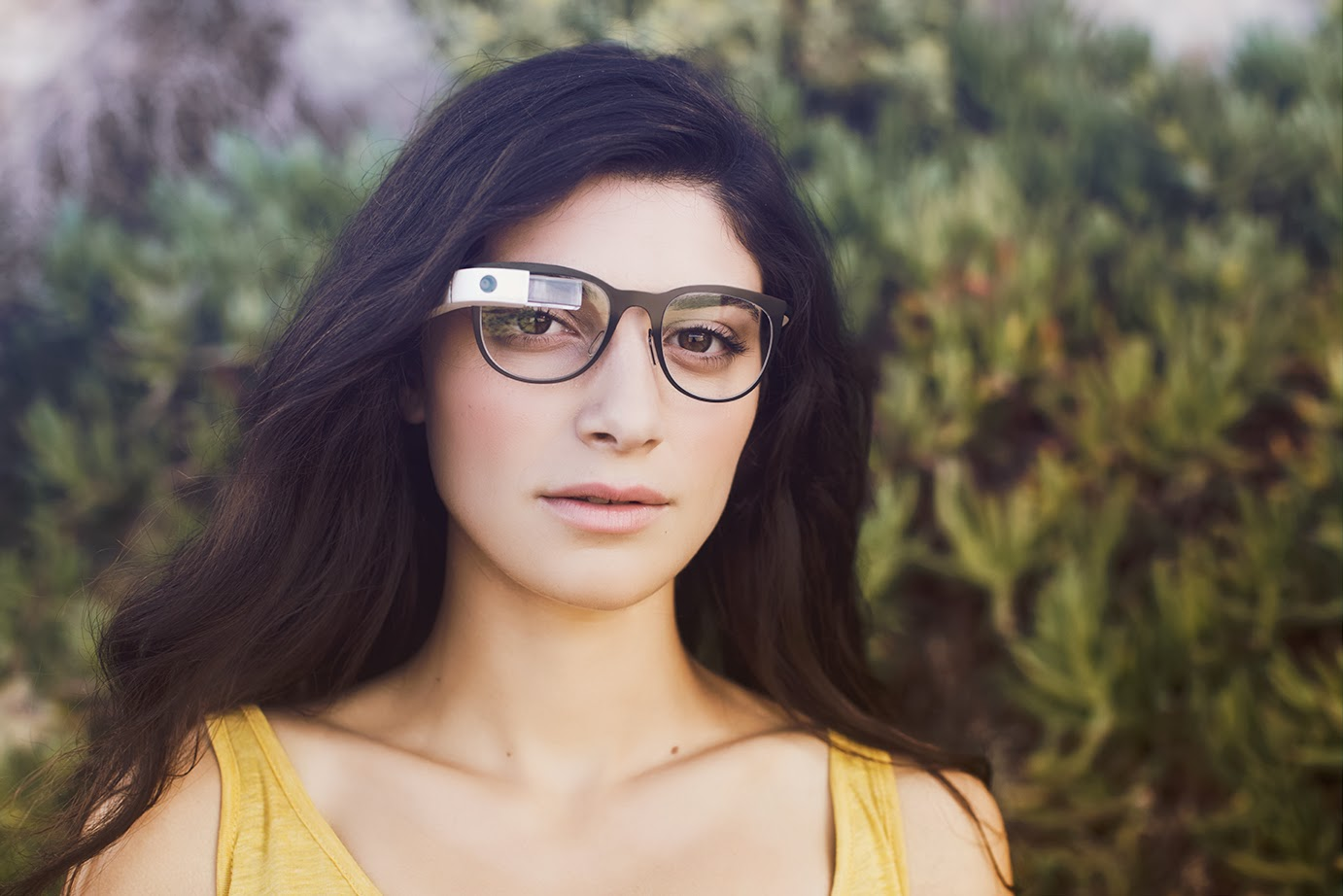Google partners with Ray-Ban, Oakley parent to design for Glass