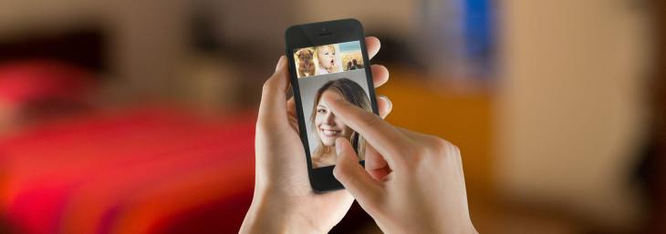 This gesture-controlled iPhone camera app simplifies selfies