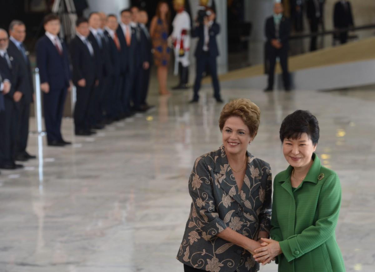 Presidenta Dilma Rousseff, recebe a presidente da Coreia, Park Geun-hye, no Palácio do Planalto (Antonio Cruz/Agência Brasil)