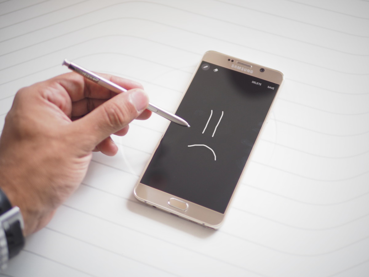 Dear Samsung, warning us in the manual doesn't excuse the Note 5's design flaw