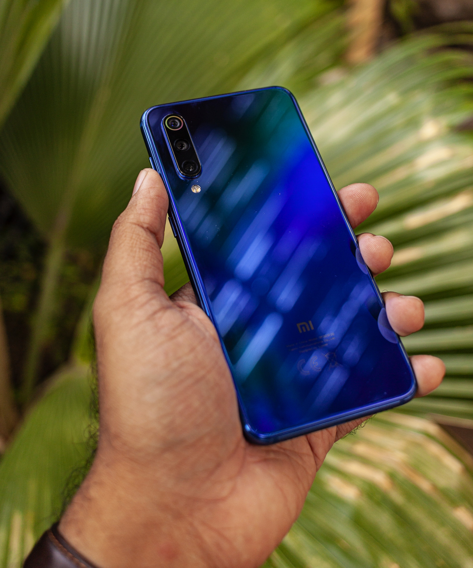 The glass back on the Xiaomi Mi 9 SE looks great when the light hits it at different angles