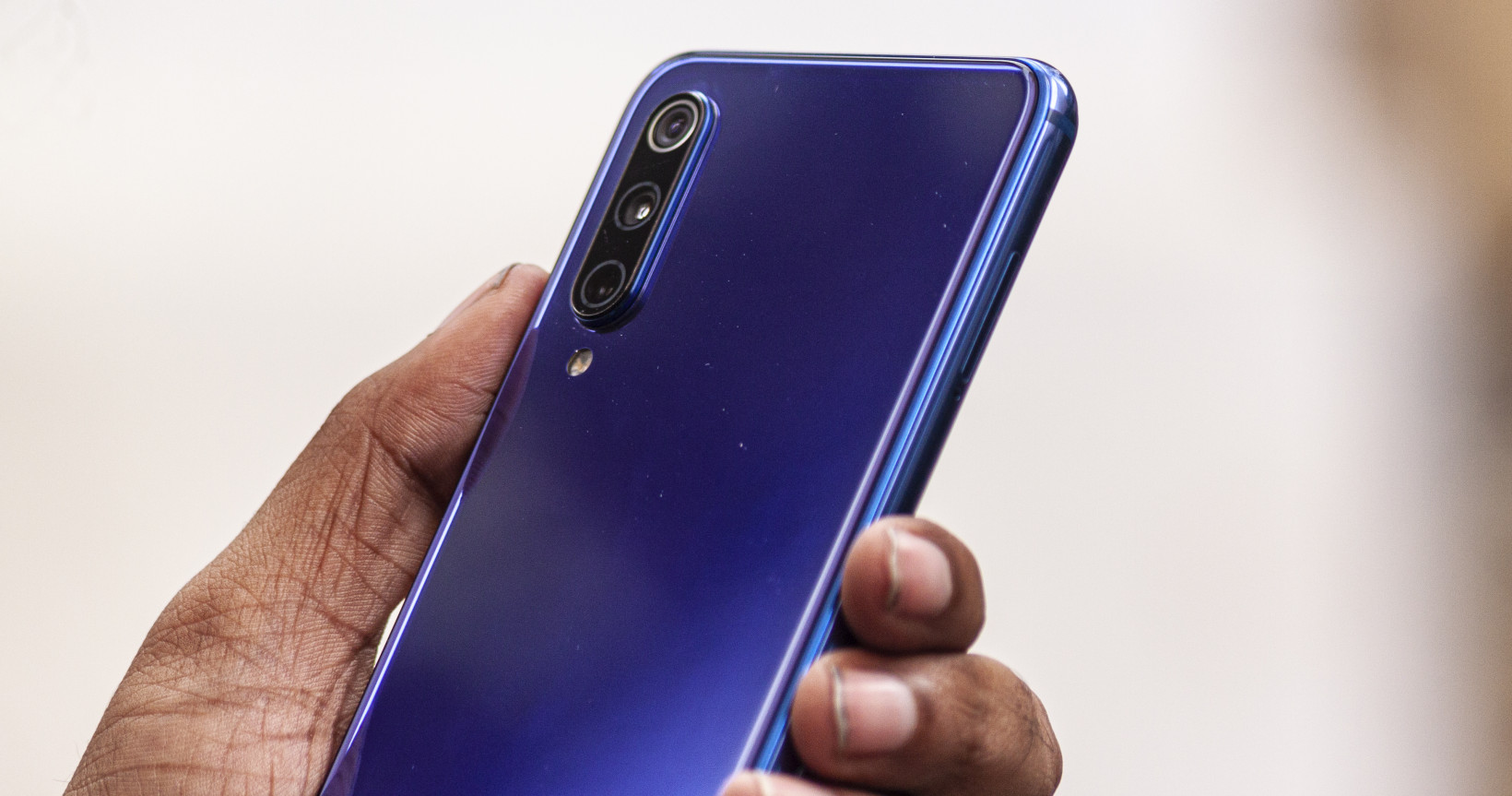 Xiaomi's Mi 9 SE features a compact build that's easy to grip, and a beautiful finish