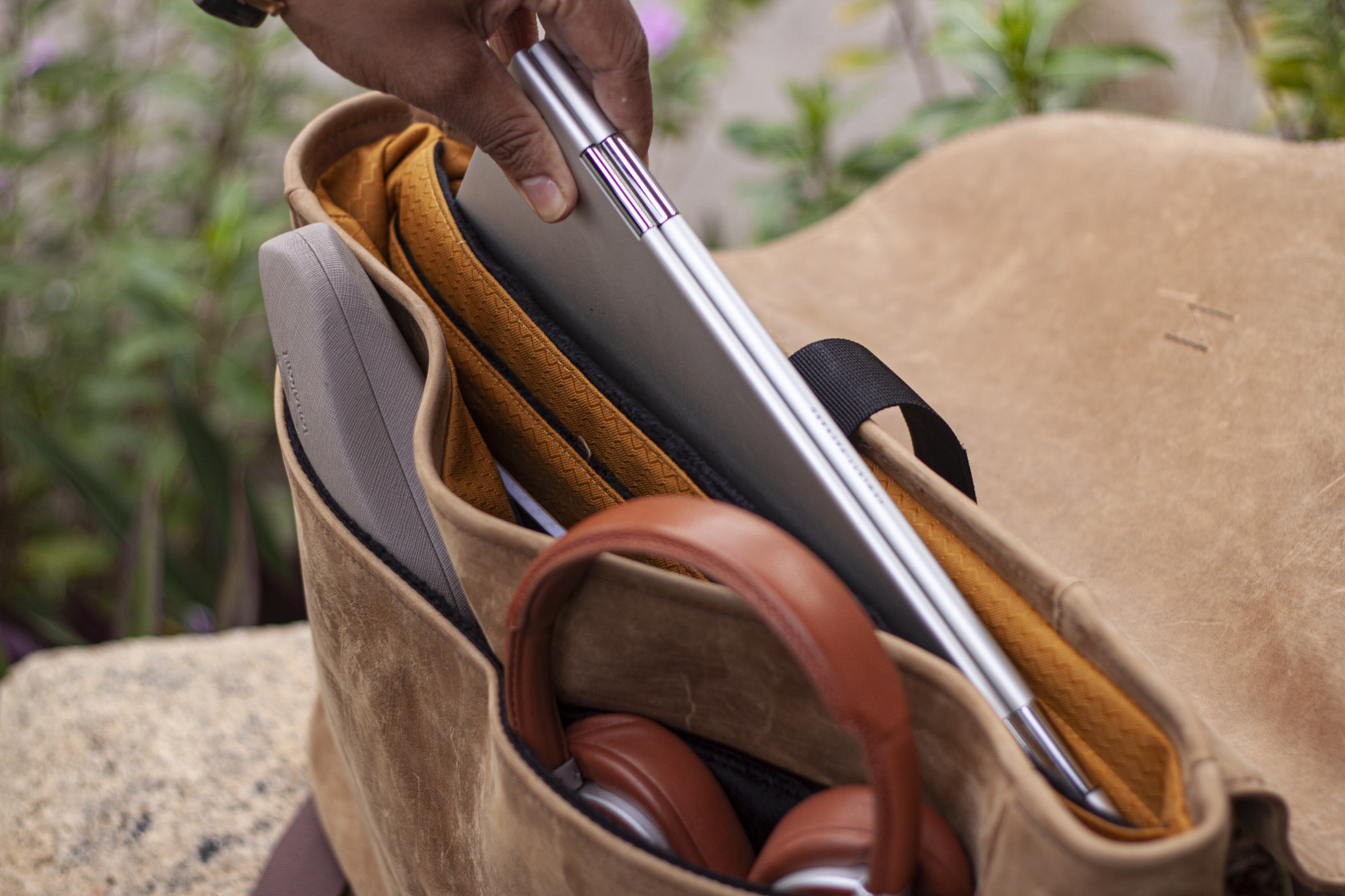The Waterfield Executive Messenger has a bright gold trim that makes it easy to spot your gadgets, and luxurious pocket lining to snugly store them