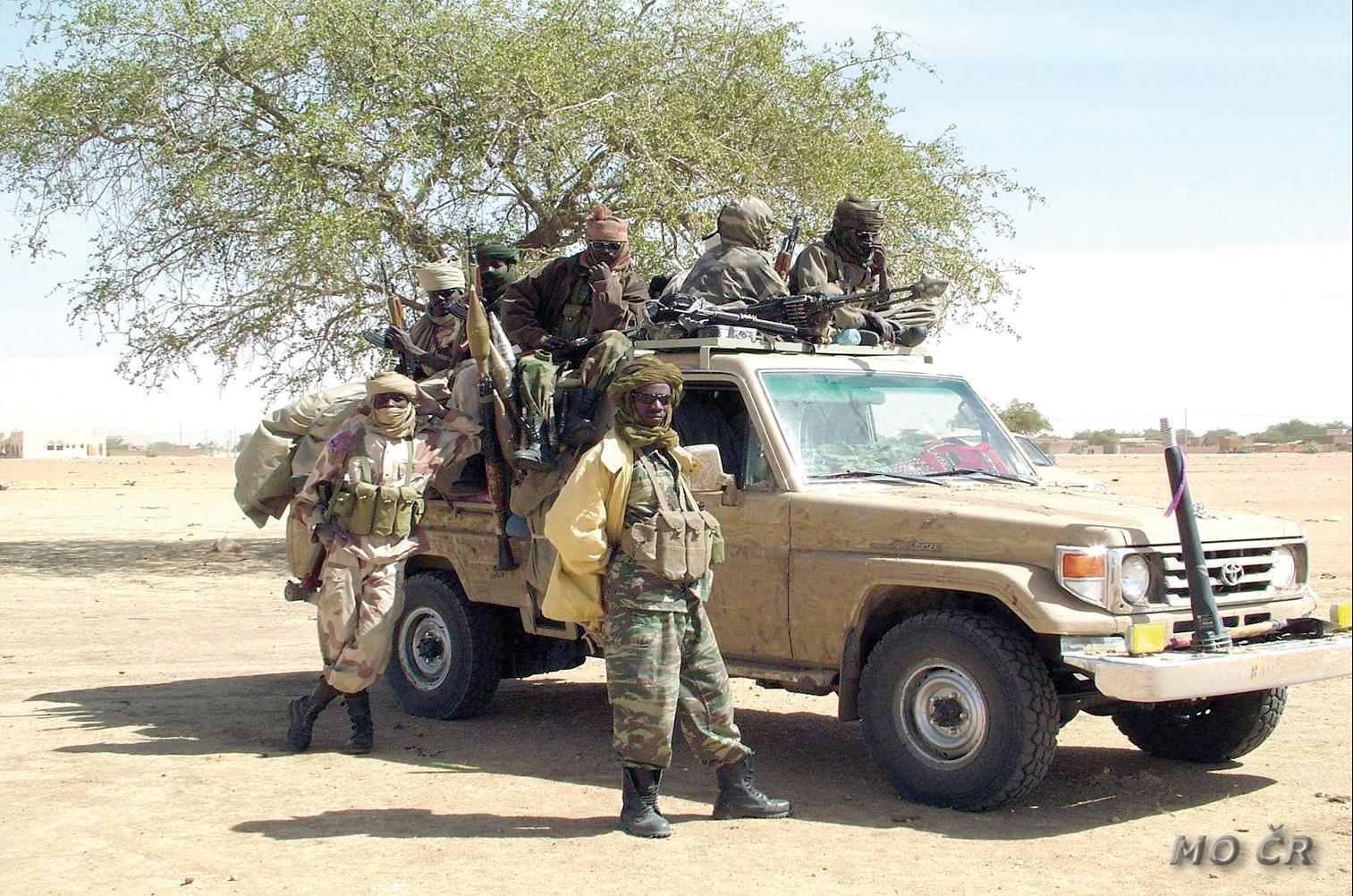 les soldats utilisent un Toyota Land Cruiser