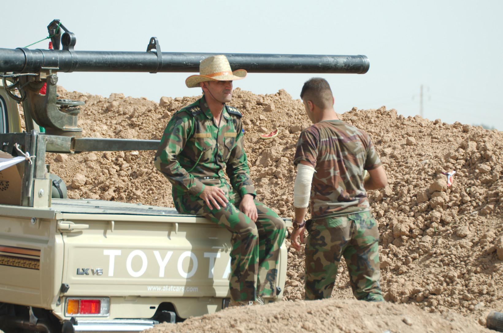 Une camionnette Toyota est utilisée par des soldats